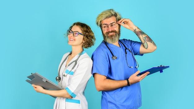Spotkanie lekarzy zwykły szpital dzienny porada doświadczonego kolegi personel medyczny medycyna