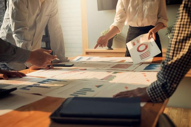 Spotkanie ludzi biznesu grupy korporacyjnej dyskusji i koncepcji inwestycji w sali konferencyjnej.