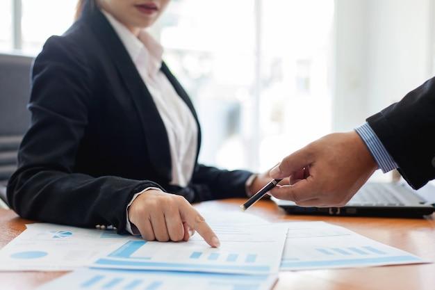 Spotkanie ludzi biznesu. praca z nowym projektem startowym. prezentacja pomysłów, analiza planu