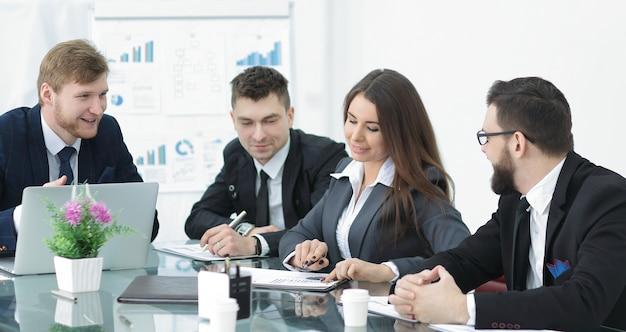 Spotkanie ludzi biznesu przy nowym projekcie startowym. prezentacja pomysłów, analiza planów.