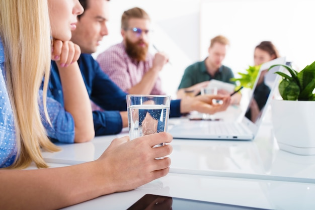 Spotkanie ludzi biznesu w biurze. koncepcja partnerstwa i pracy zespołowej