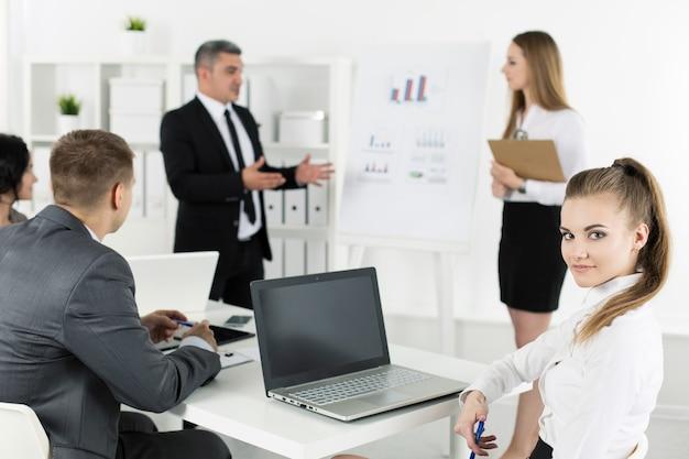 Spotkanie ludzi biznesu w biurze w celu omówienia projektu. koncepcja sukcesu w biznesie