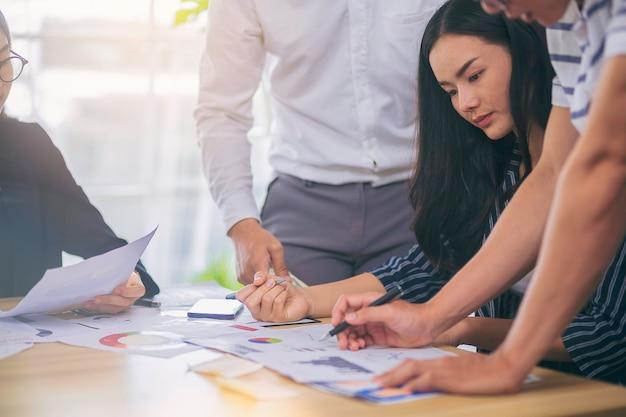 Spotkanie ludzi biznesu w celu analizy i omówienia sytuacji w marketingu