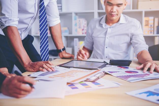 Spotkanie ludzi biznesu w celu przeanalizowania i przedyskutowania sytuacji w zakresie marketingu wybrany cel