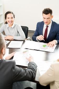 Spotkanie ludzi biznesu w sali konferencyjnej