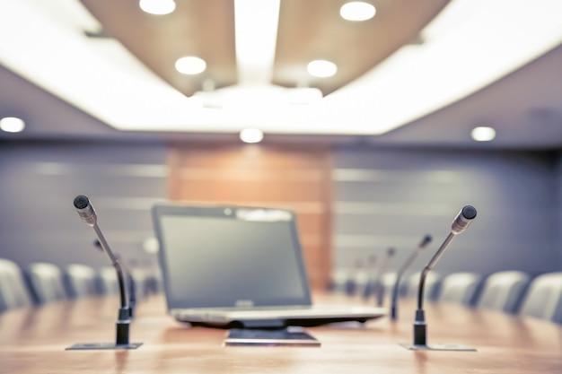 Spotkanie mikrofon i laptop w sali konferencyjnej.