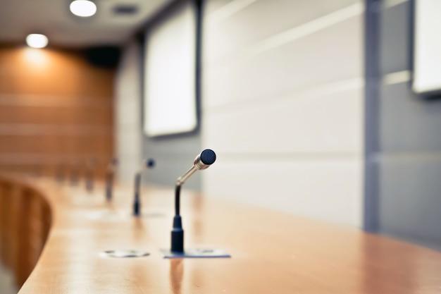 Spotkanie mikrofon na stole w pokoju konferencyjnym.