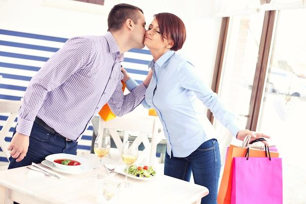 Spotkanie młodej pary w restauracji