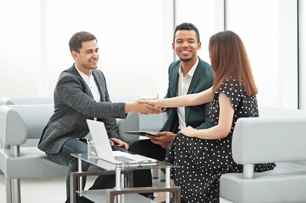 Spotkanie partnerów biznesowych w centrum biznesowym