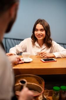 Spotkanie partnerów biznesowych w kawiarni