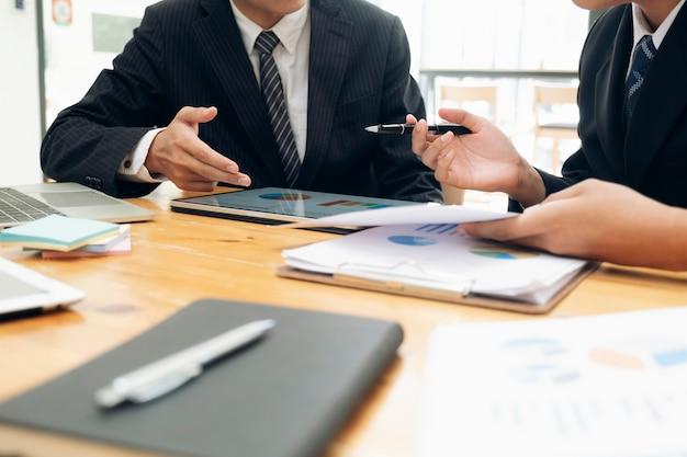 Spotkanie pracy zespołowej biznesmenów w celu omówienia inwestycji.