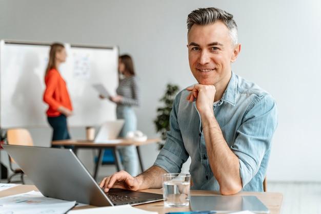 Spotkanie przedsiębiorców w pracy biurowej