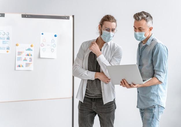 Spotkanie przedsiębiorców w urzędzie w maskach