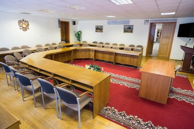 Spotkanie przy pustych stołach i krzesłach.