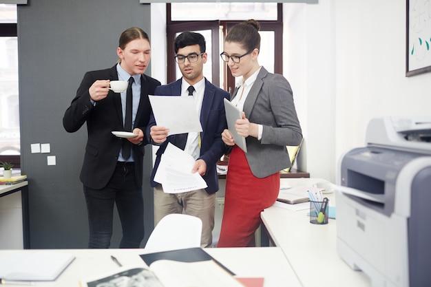 Spotkanie robocze w biurze open plan