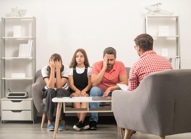 Spotkanie rodziców z nauczycielami. rodzicielstwo. ojciec matka i dziecko u psychologa. terapia rodzinna. rodzice z dzieckiem rozmawiają z pracownikiem socjalnym. mama tata i córka. ubezpieczenie na życie i adopcja.