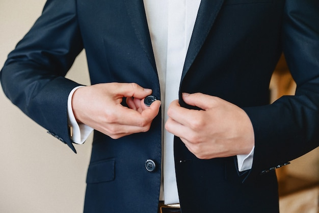 Spotkanie, szczegóły, marynarka, buty, zegarki i guziki w dniu ślubu
