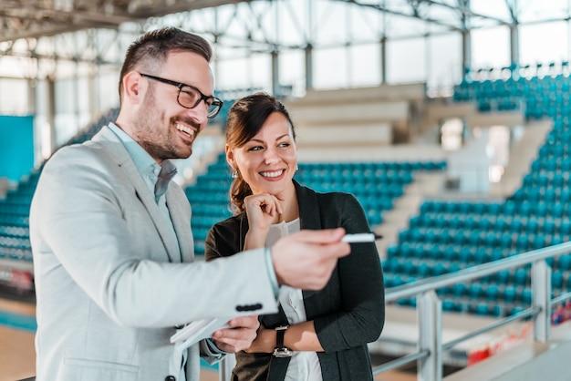 Spotkanie w hali sportowej. ludzie biznesu i kobieta na stadionie sportowym.
