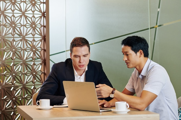 Spotkanie w kawiarni ludzi biznesu