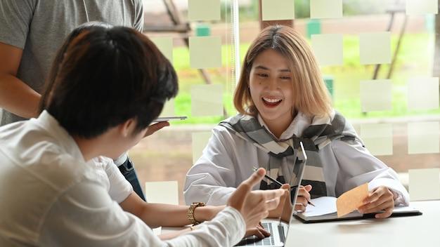 Spotkanie współpracownika z motywacją szczęśliwy moment kobiety.