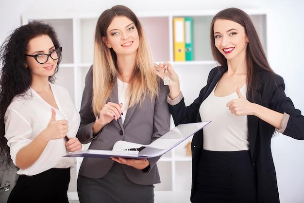 Spotkanie z agentem nieruchomości w biurze