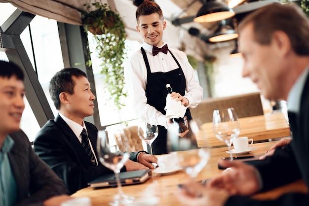 Spotkanie z chińskimi biznesmenami w restauracji.