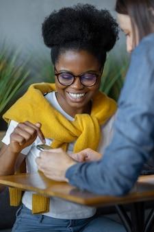 Spotkanie z duchem dziewczyn w kawiarni