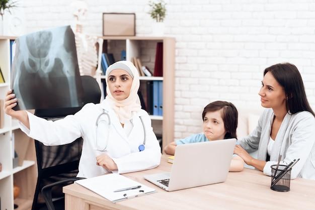 Spotkanie z lekarzem arabskim w filmie rentgenowskim