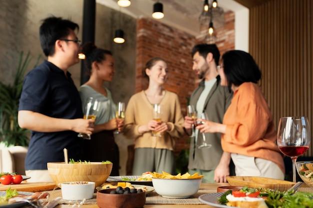 Spotkanie z przyjaciółmi w średnim ujęciu