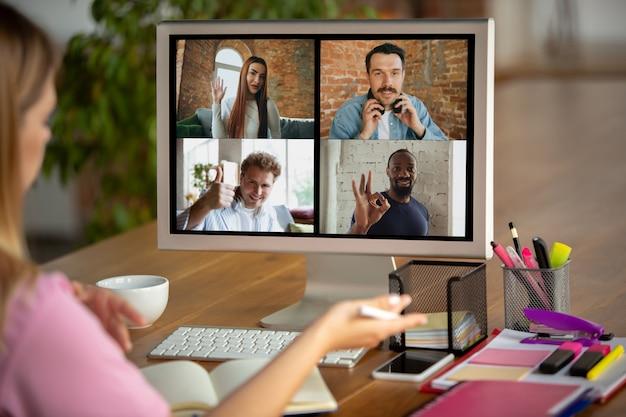 Spotkanie zdalne. kobieta pracująca w domu podczas kwarantanny koronawirusa lub covid-19, koncepcja zdalnego biura.