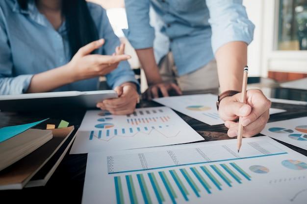 Spotkanie zespołowe biznesmenów w celu omówienia inwestycji.