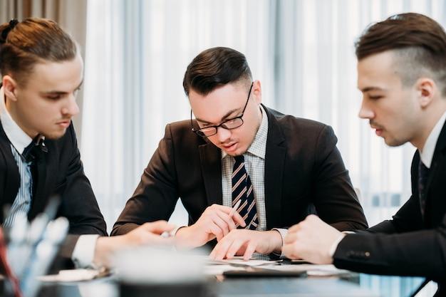 Spotkanie zespołu biznesowego. mężczyźni rozmawiają o pracy w biurze