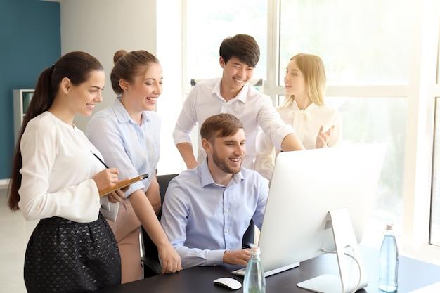 Spotkanie zespołu biznesowego pracującego w biurze