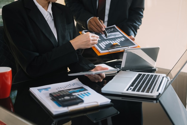 Spotkanie zespołu biznesowego. profesjonalny inwestor pracujący nad nowym projektem start-up.
