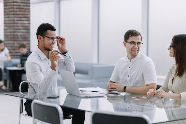 Spotkanie zespołu biznesowego przy biurku w biurze. biuro w dni powszednie