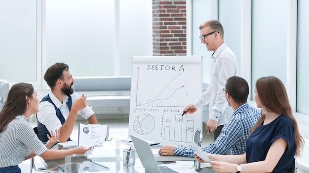 Spotkanie zespołu biznesowego w miejscu pracy w office.photo z miejscem na kopię.