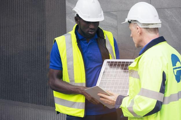 Spotkanie zespołu inżynierów ds. energii odnawialnej pracujących nad innowacyjną, bardziej wydajną koncepcją baterii do paneli słonecznych, rozwiązywanie problemów