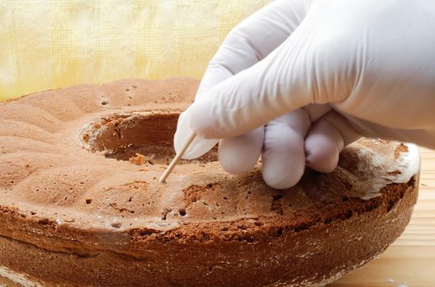 Sprawdź ciasto, używając testu wykałaczki