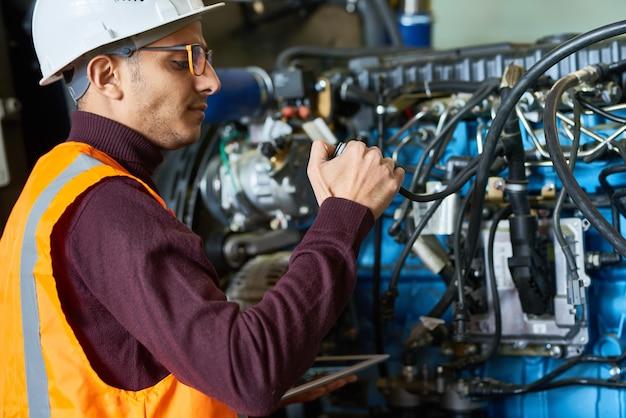 Sprawdzanie ciężkiego sprzętu w nowoczesnym zakładzie