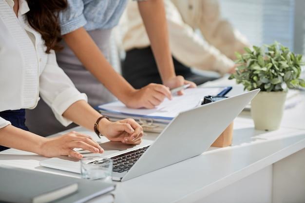 Sprawdzanie danych na laptopie