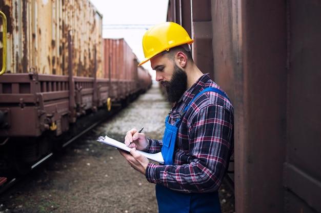 Sprawdzanie kontenerów towarowych przybywających pociągami towarowymi