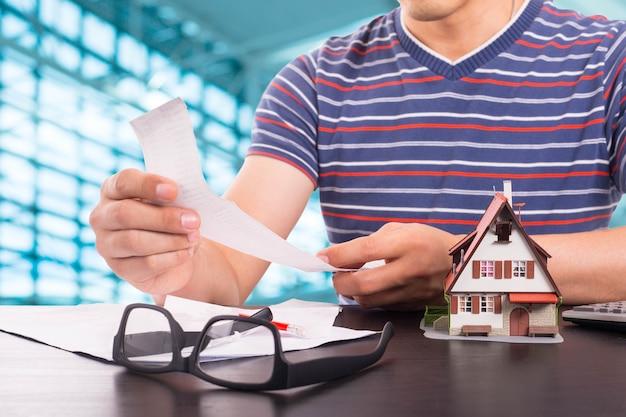 Sprawdzanie kosztów rachunków do zapłaty w domu.