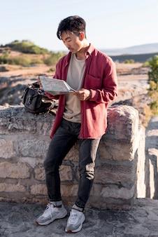 Sprawdzanie mapy stylowy młody człowiek