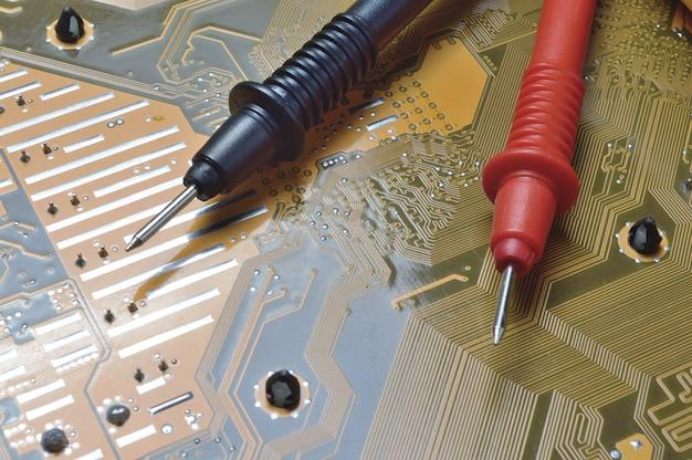 Sprawdzanie płyty głównej komputera pod kątem problemów za pomocą multimetru.