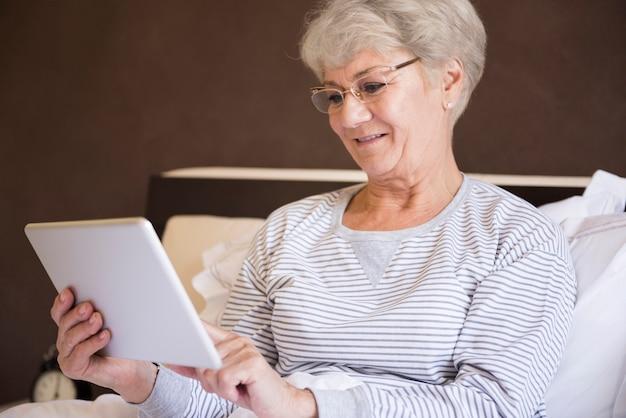 Sprawdzanie porannych wiadomości na cyfrowym tablecie