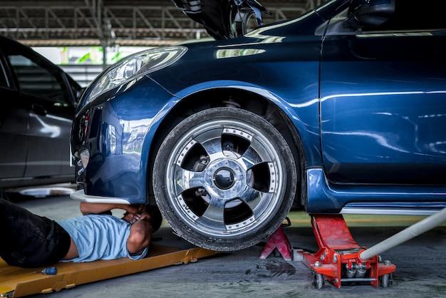 Sprawdzanie silnika samochodu do naprawy w garażu samochodowym