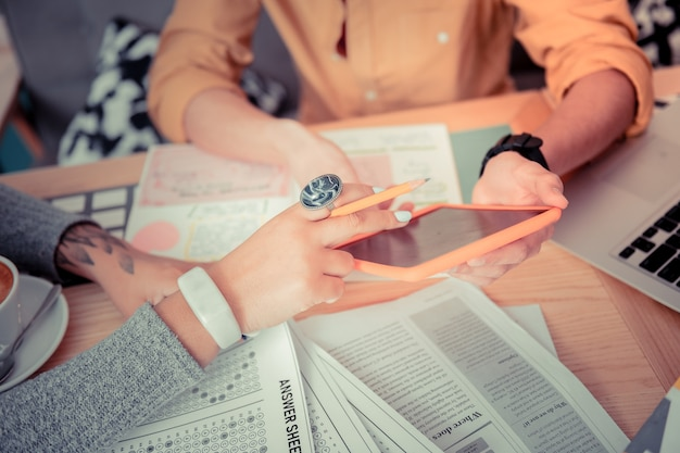 Sprawdzanie testów online. uczniowie przygotowują się do testu z nową aplikacją mobilną