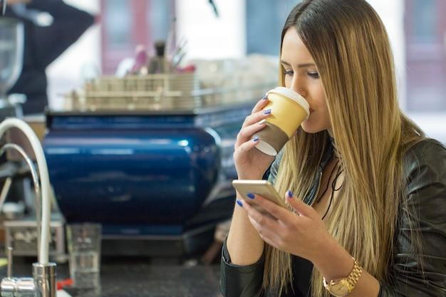 Sprawdzanie wiadomości i spożywanie kawy