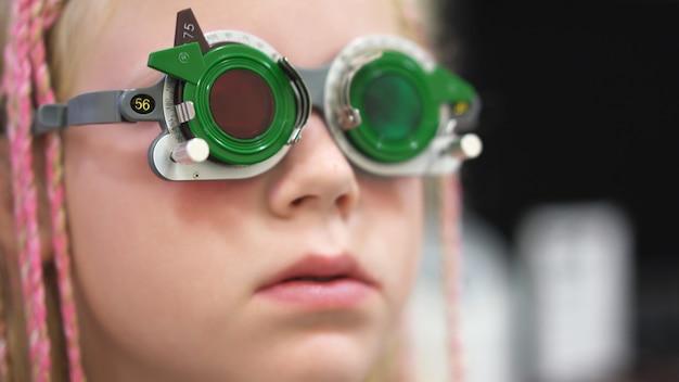 Sprawdzanie wzroku. kaukaska dziewczyna, która ma upośledzenie wzroku. leczenie i rehabilitacja