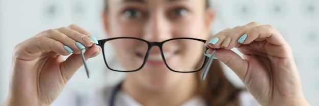 Sprawdzanie wzroku szczęśliwa żeńska spełnianie